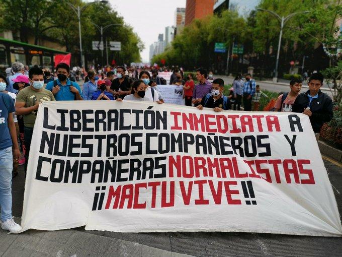 Manifestantes en favor da liberación das e dos estudantes normalistas